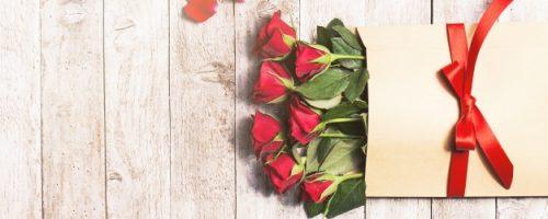 flores-en-un-sobre-de-papel-con-petalos-alrededor_1220-724